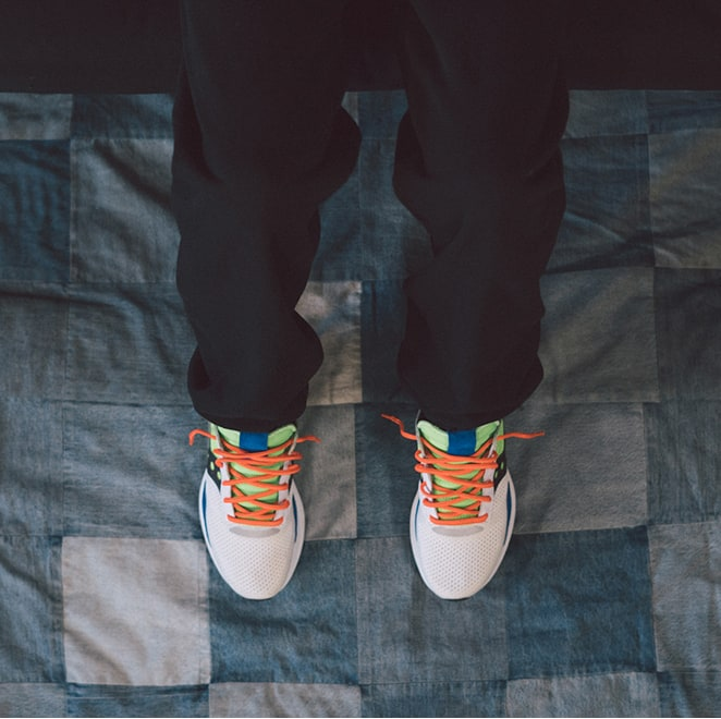Person wearing Saucony Abstract Jazz shoes standing on a quilt.